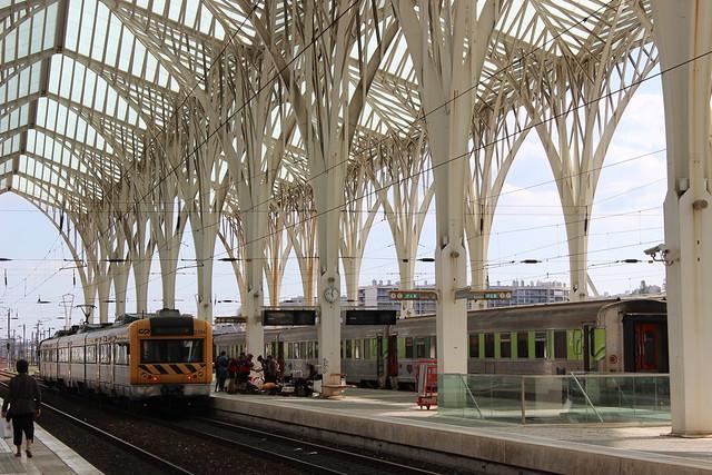 trem estacionado na Gare do Oriente em Lisboa
