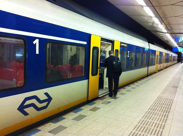 trem que vai do aeroporto schiphol para os bairros de amsterdam